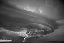 Bouře nejen bere, ale také dává - přináší vláhu vyprahlým polím a vítr bezvládným turbínám, půdě postrádající živiny poskytuje dusík, který vzniká při výboji blesku (Jižní Dakota)