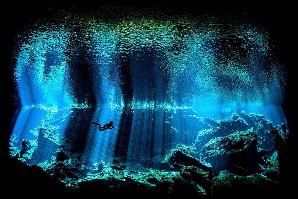 Přes 5000 fotografií se letos zúčastnilo prestižní soutěže s podmořskou tématikou The Underwater Photo Awards 2017. Vítězů je jen pár. Jednu z kategorií vyhrál Nick Blake z Británie, který zachytil potápěče v podvodní jeskyni u poloostrova Yucatán.