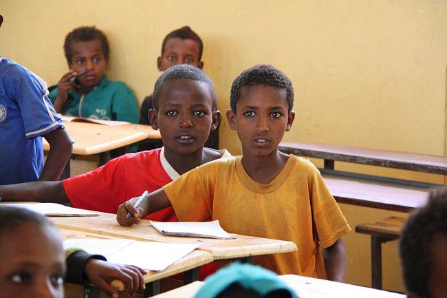 Výuka v Meji se za poslední rok zlepšila. Děti i učitelé mají nové učebnice a pomůcky.