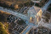 Letecký pohled na Leptis Magna v západní Lybii, na jedno z největších a nejlépe zachovaných římských měst. Vybudováno bylo v době panování císaře Augusta a přestavěno za císaře Tiberia a stalo se prosperujícím urbanistickým komplexem s divadlem i lázněmi.