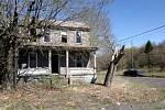 Domy, které nebyly zbořené, dnes zarůstá tráva a dovnitř vnikají keře, stromy i malá zvířata.