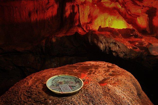 Bankovky vietnamských dongů o nízké nominální hodnotě ( 10 000 dongů je cca 8 Kč) se coby  obětina bohům běžně vyskytují. Stejně jako padělky stodolarovek. Horní bankovka má hodnotu 1000 dongů. Takový