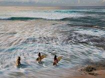 Hned porozbřesku směřují dvě sestry ajejich sestřenice dovln uMakahy, aby se před soutěží rozehřály. Účastí vtomto starobylém sportu havajských náčelníků se učí děti odraného věku hrdosti nakulturu, kterou zdědily.
