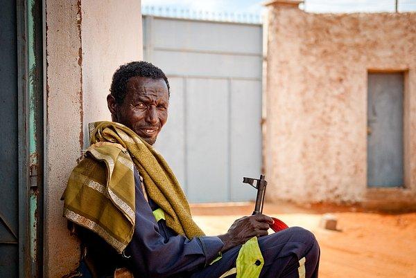 Hlídač v nemocnici Lékařů bez hranic v Guri El v Somálsku, říjen 2011.