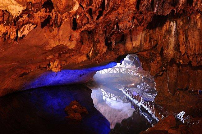 Podzemní říčka Ngoc Tuyen má jen část svého toku skrytou ve vápencovém masivu. Kromě estetického hlediska měla Ngoc Tuyen i své praktické využití. Její voda byla využívána jak k pití a jako zdroj ryb.