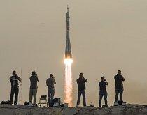 Vesmírná loď Soyuz odstartovala 7. července se třemi novými členy posádky Mezinárodní vesmírné stanice. Mezinárodní spolupráce tentokrát patří americké, ruské a japonské spolupráci. Na oběžné dráze stráví astronauti čtyři měsíce.