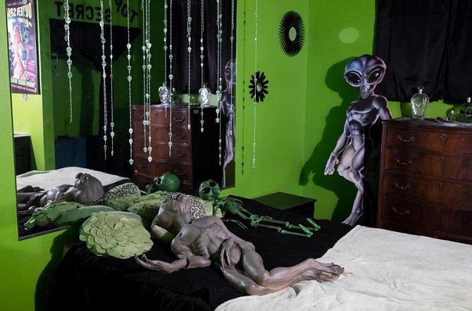 Výzdoba stématem mimozemšťanů vjednom pokoji vnevěstinci Stardust Ranch ve městě Ely.
