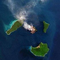 """Indonéská sopka Anak Krakatau (""""Dítě Krakatoy"""") je obklopeno malou skupinou ostrovů v Sundském průlivu mezi Jávou a Sumatrou."""