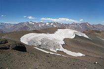 Pohled do plochého vrcholového kráteru a nádherné panorama byly odměnou za namáhavý výstup.