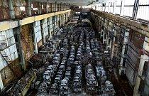 Stovky tanků stojí v příšně střeženém skladu na Ukrajině ve městě Charkov. Fotograf Pavel Itkin strávil v objektu dvě hodiny, aniž by o něm stráž věděla.