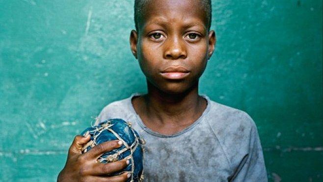 V Africe mají míče z hadrů nebo pneumatik. Radost z fotbalu jim to ale nezkazí. EXKLUZIVNĚ PRO NG