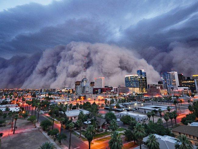 Arizona. Největší písečná bouře, jakou kdo pamatuje, se 5. července 2010 žene na Phoenix a snižuje viditelnost na nulu. Pouštní bouře zdvihly půldruhého kilometru vysokou stěnu prachu a písku.