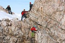 Přístup na nejvyšší bod Zugspitze je kvalitně zabezpečený.