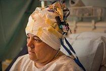 """ODPOSLECH Jak vědci objevili """"neuron Jennifer Anistonové""""? Vneurovědeckém centru UCLA implantovali elektrody do mozku pacientů s epilepsií, jako je Crystal Hawkinsová. Jakmile se dostaví příští záchv"""