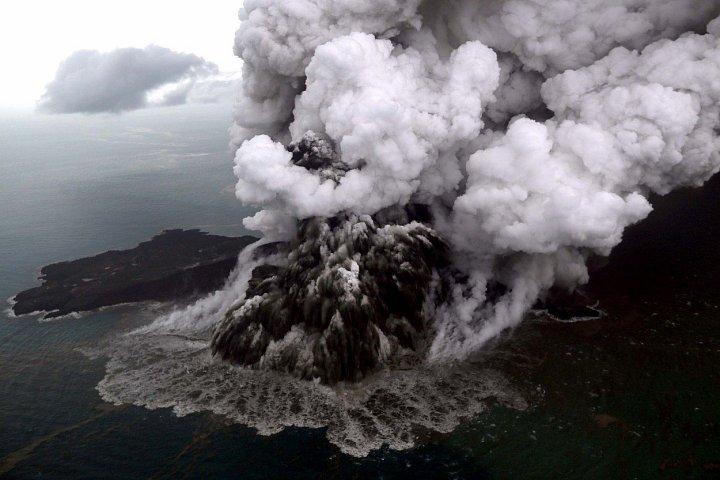 Vědci ze satelitních snímků zjistili, že hrozivá indonéská sopka Krakatoa při poslední erupci přišla o dvě třetiny ze své výšky. Zdá se, že většina masy se zřítila najednou, což vysvětluje ničivou vlnu tsunami, která zasáhla pobřeží Sundského průlivu.