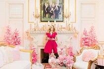 V roce 2016 pózuje majitelka domu Jennifer Houghtonová pod portrétem své rodiny ve výstřední zimní říši divů, která je jejím domovem v Highland Parku u Dallasu v Texasu. Jennifer má blog zaměřený na bytové dekorace a instagramový účet Turtle Creek Lane.