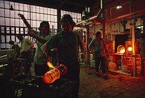 V Crystalexu v Novém Boru zkouší foukač skla nový design na vánoční trh.