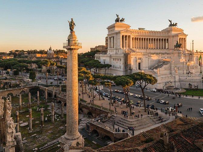 Traianův sloup se sochou svatého Petra, kterou dal na špici umístit papež Sixtus V., se tyčí nad troskami Traianova fóra, kde kdysi byly dvě knihovny a velkolepý občanský prostor zaplacený válečnou kořistí zDácie.