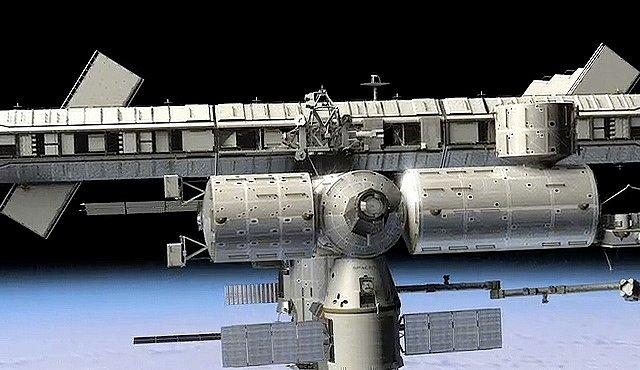 Setkání státního a soukromého sektoru na oběžné dráze. Dragon parkuje u ISS