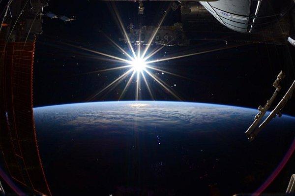 Poslední fotografie Země, kterou pořídil velitel Exedice 43Terry Virts na palubě Mezinárodní vesmírné stanice před návratem domů.