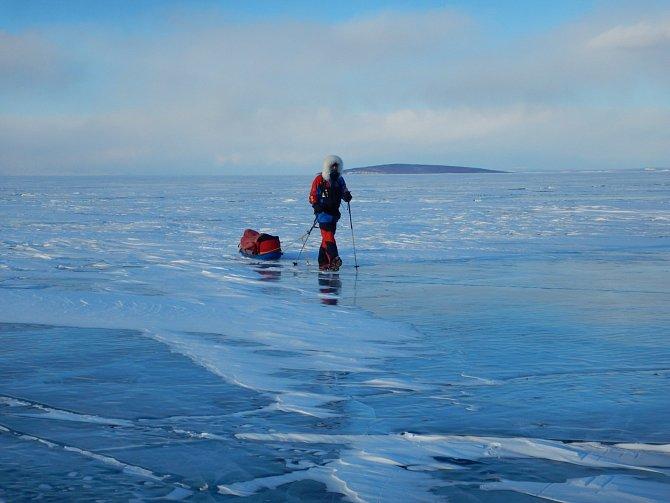 Mongolsko velice zřídka figuruje mezi destinacemi světových polárníků. Václav Sůra a Petr Horký pochodovali od nejsevernějšího bodu jezera Khuvsghul do jeho nejjižnějšího místa. Za osm dní urazili 150 km.