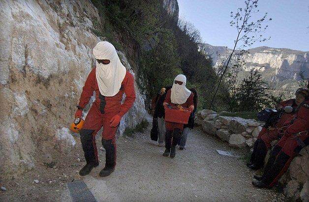 Dvojčata Thomas a Vincent s Mohamed  jedou do Francie. Když jsou vystaveni venku slunečnímu světlu, musí nosit speciální oblek, který je chrání před UV zářením. Ochranný oděv vyrobila NASA.