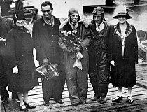 Červen 1928: Amelia s pilotem Wilmerem Stultem a mechanikem Luisem E. Gordonem po přistání  v Burry Portu ve Walesu.