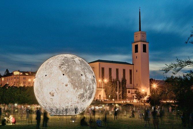 Desetimetrovým modelem Měsíce se rozhodla brněnská hvězdárna oslavit 50 let od přistání člověka na Měsíci. Až z kilometrové vzdálenosti od Kraví hory vypadal osvětlený nafukovací glóbus jako ten opravdový na obloze.