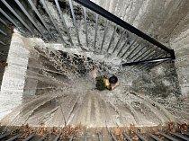 Čína. Dešťová voda se hrne jako kaskáda na obyvatele Čcheng-tu (Chengdu). Neobvykle prudký liják zatopil 3. července 2011 ulice a vyřadil elektrické rozvody v hlavním městě provincie S\'-čchuan.