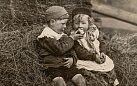 Tuto fotografii zválečné doby uveřejnil National Geographic vroce 1916 spopiskem odkazujícím naAdama, Evu ajablko. Podstatnější však je, jak obrázek evokuje idylickou britskou krajinu adětské potěšení ze zákusku následujícím pohře.