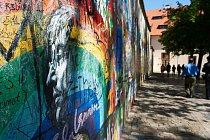 Na zdi se s odkazem na zpěváka Johna Lennona objevují nápisy a malby už od 70. let 20. století.