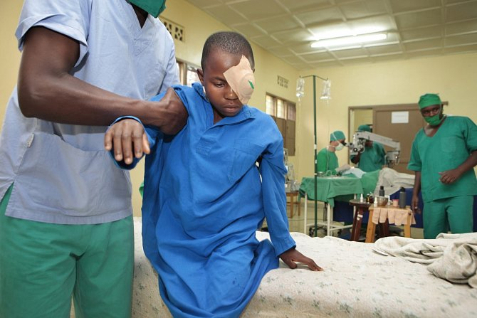 Hlavní příčinou slepoty ve většině rozvojových zemích je šedý zákal.