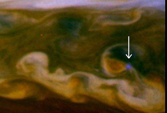Božská bouře na Saturnu: Blesk byl vidět na 3 miliony kilometrů