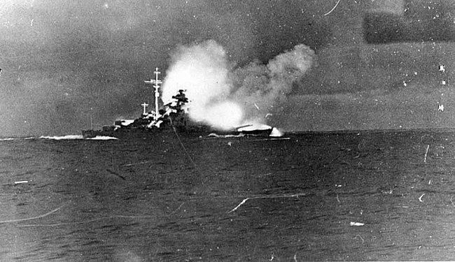 Křižník Bismarck pálí na loď Jejího Veličenstva Hood.
