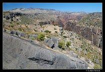 Kaňon Dirhur s pohořím Haghier v pozadí.