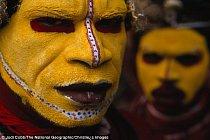 Fotografie pochází z roku 1998 a je na ní domorodec kmene Huli (Papua-Nová Guinea).
