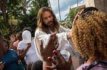S rukou na jejím čele uděluje Job návštěvnici požehnání. Modlitbami za diváky tráví Job spoustu času. Inspicienti říkají, že ho před každým představením musí hledat.