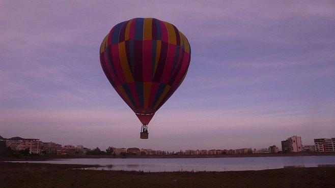 Skener Petra Horkého: Balónem přes Tiranu