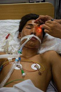 Dvacetiletého Can Van Thanha uštkl jedovatý bungar. Nyní leží ochrnutý v hanojské nemocnici. Takacsův tým mu letecky doručil protijed z Thajska a mladík se uzdravil.