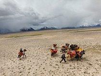 Kyrgyzové, kočovníci z nutnosti, se stěhují za svými stády v oblasti Váchánu, úzkém výběžku tvořeném horskými údolími a vysokými vrcholy v severovýchodním Afghánistánu.