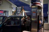 """John bydlí ve svém autě s nápisem na střeše: """"Modli se za mne, prosím"""". Na Route 50 zůstal tři týdny a říká, že nápis je způsobem, jak zahájit rozhovory s lidmi, kteří jedou kolem."""
