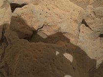 Na povrchu Marsu najdeme kameny,, jako je třeba tento - pojmenovaný Burwash. Nafotila ho kamera MAHLI.