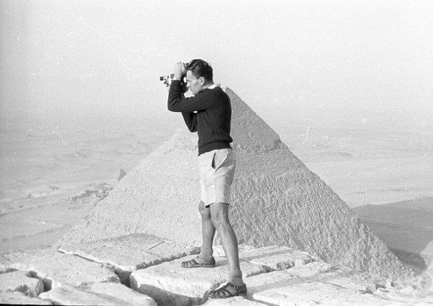Ranní natáčení na vrcholu Cheopsovy pyramidy, 30. srpna 1947.