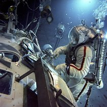 Trénink chůze ve vesmíru se provádí pod vodou, protože pohyb ve vodě simuluje pohyb v prostoru za stavu beztíže. Fotografie je z roku 1983.