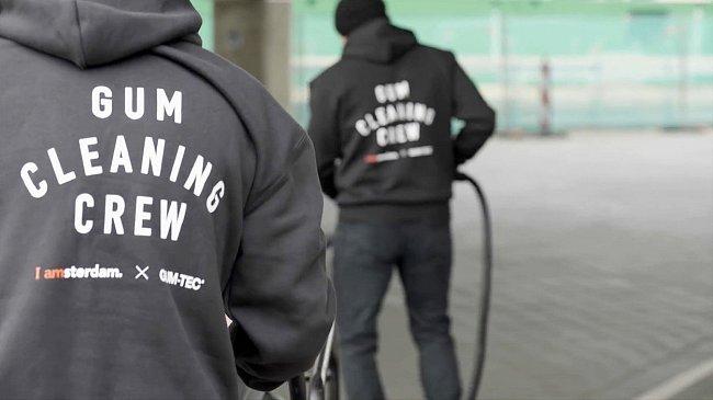 """Chodníky Amsterdamu nabízejí dostatek """"materiálu"""" na výrobu ojedinělých bot."""