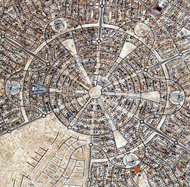 Abu Dhabi, Spojené arabské emiráty – v bytovém projektu Al Falah je 4800 vil. Na rozloze 12,5 milonů metrů čtverečních nechybí ani mešity, školy, nákupní centrum a nemocnice.