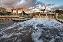 Přibližně 3400 km kanálů vybudovaných pro odvodňování Everglades ústí doAtlantiku. S vyšším vlnobitím však tudy teče slaná voda dovnitrozemí. Mohutná čerpadla, jako tato nařece Miami, chrání kanály tak, že přebytečnou dešťovou vodu vytlačují dooceánu