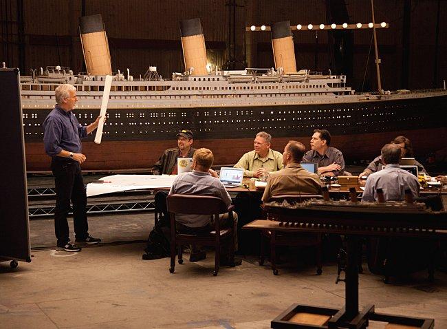 James Cameron svolal odborníky, aby diskutovali o potopení a rozlomení lodi vedví. Pomůckou byl dvanáctimetrový model lodi, hodiny záběrů podmořských kamer, mapy místa a počítačová simulace potopení l