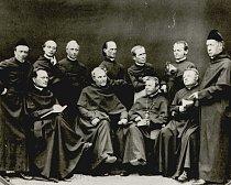 Brněnští augustiniáni v období 1860-1862. J. G. Mendel zde stojí druhý zprava. V ruce drží fuchsii, tehdy velmi módní květinu, která zajímala i hybridizátory.