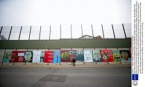 Separační zeď v Belfastu odděluje příslušníky odlišných náboženství. Její stavba začala už v 70. letech...